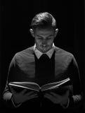 Мусульманский человек читая Koran в мечети Стоковые Фото