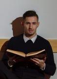 Мусульманский человек читая Koran в мечети Стоковая Фотография