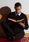 Мусульманский человек читая Koran в мечети Стоковое Изображение RF
