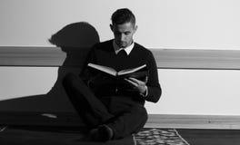 Мусульманский человек читая Koran в мечети Стоковые Фотографии RF