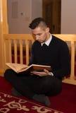 Мусульманский человек читая Koran Стоковые Изображения RF