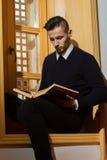 Мусульманский человек читая Koran Стоковое Изображение RF
