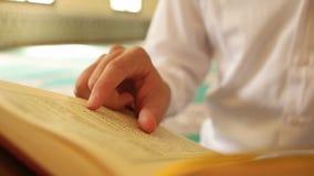 Мусульманский человек читая Qur'an сток-видео