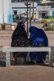2 мусульманских женщины говоря на стенде Стоковое Фото