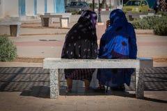2 мусульманских женщины говоря на стенде Стоковая Фотография RF