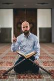 Мусульманское читая Koran стоковое изображение rf