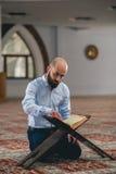 Мусульманское читая Koran стоковое фото