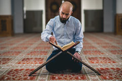 Мусульманское читая Koran стоковая фотография rf