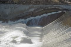 Мутить воду от водосброса на реке Fox в Elgin IL стоковое изображение rf