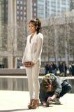 Муфта Юниона Джек держала красивым азиатом пока фотографируемый Стоковые Изображения RF