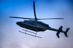 Муха вертолета на голубом небе Стоковые Изображения