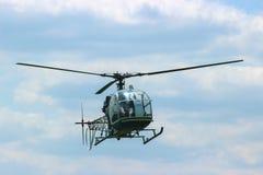 муха вертолета на небе Стоковые Фото