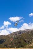 Муха вертолета перехода над глушью горы Стоковое Фото