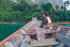 Муха девушки на шлюпке на Таиланде Фото перемещения Стоковое фото RF
