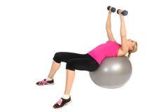 Муха комода гантели на тренировке шарика фитнеса стабильности Стоковая Фотография RF