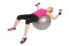 Муха комода гантели на тренировке шарика фитнеса стабильности Стоковые Изображения
