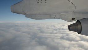 Муха над облаками неба и частью аэроплана акции видеоматериалы