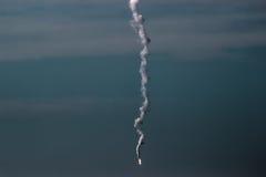 Муха ракеты на городе стоковое изображение