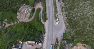 Муха трутня над дорогой куда автомобили идут, и строительная площадка видеоматериал