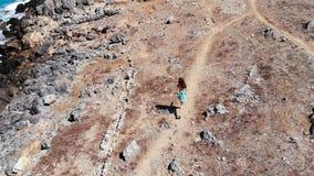 Муха трутня над женщиной бежать вдоль моря, Крита, Греции сток-видео