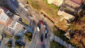 муха трутня 4k между деревом выровняла бульвар в солнечном дне акции видеоматериалы