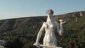Муха Quadcopter к Kartlis Deda, матери статуи Грузии в столице Грузии, Тбилиси Снизу вверх взгляд акции видеоматериалы