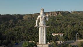 Муха Quadcopter к Kartlis Deda, матери статуи Грузии в столице Грузии, Тбилиси Снизу вверх взгляд видеоматериал