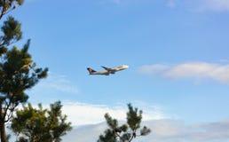 Мухы Боинга 747 в небе стоковые изображения