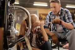 Мудрый поддерживающий папа позволяя его ребенку пробует ее прочность Стоковые Фото