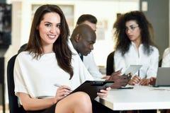 Мульти-этническая группа в составе 3 предпринимателя встречая в современном o Стоковое Фото