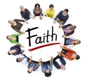 Мульти-этническая группа людей держа руки и концепцию веры Стоковое Изображение RF