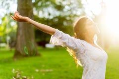 Мульти-этническая девушка наслаждаясь теплом захода солнца стоковое изображение rf