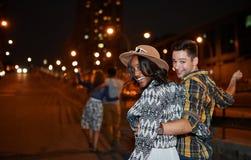 Мульти-этническая millenial группа в составе друзья принимая фото selfie с мобильным телефоном на terrasse крыши используя вспышк Стоковая Фотография