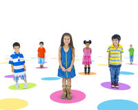 Мульти-этнические дети стоя индивидуально стоковые фотографии rf