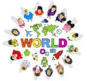 Мульти-этнические дети с миром текста и родственными символами Стоковая Фотография