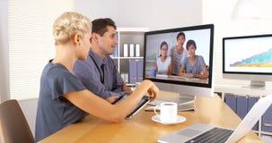 Мульти-этнические коллеги дела имея встречу видеоконференции Стоковые Изображения