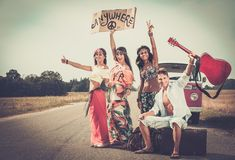 Мульти-этнические друзья hippie на поездке Стоковое Фото