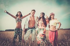 Мульти-этнические друзья hippie на поездке Стоковые Фотографии RF