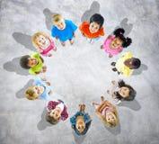 Мульти-этнический детей в круге стоковые фотографии rf