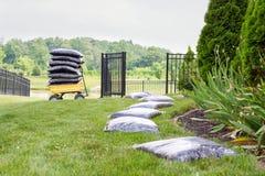 Мульчировать сад принимает время и усилие стоковые фото