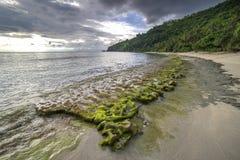 Мхи утеса на пляже Lombok, Индонезии стоковое фото rf