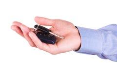 Мыжская рука держа ключ автомобиля. Новая принципиальная схема автомобиля Стоковые Изображения