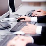 Мыжская рука на печатать на машинке клавиатуры и мыши переченя Стоковое фото RF