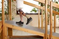 Мыжская тренировка владельца протеза, котор нужно погулять гористо Стоковая Фотография RF