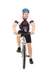 Мыжской велосипедист представляя на велосипеде Стоковое Изображение