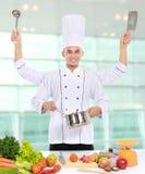 Мыжской шеф-повар варя в кухне Стоковые Фото