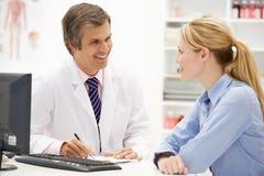 Мыжской доктор с женским пациентом Стоковые Фотографии RF