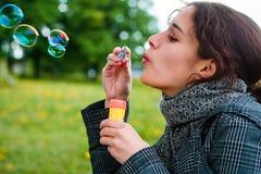 мыло девушки пузыря дуновения Стоковое Изображение