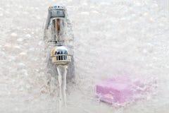 мыло раковины пены розовое стоковая фотография rf