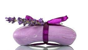 Мыло с нюхом лаванды, фиолетовой лентой изолированной на белизне Стоковые Фото